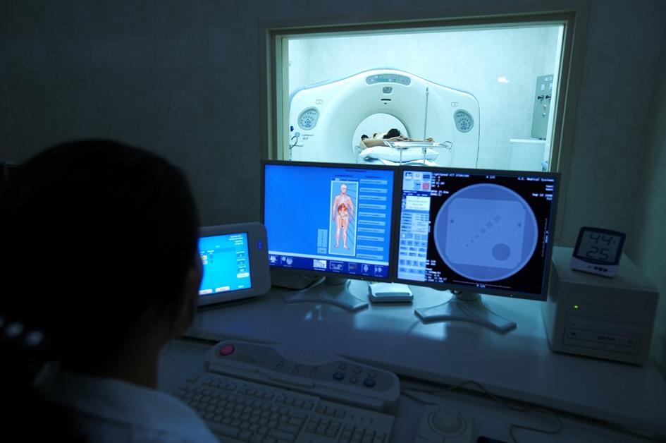 복부 쪽 컴퓨터단층촬영(CT·시티) 검사를 받는 모습. 과민성대장증후군을 진단하기 위해서는 복부의 다른 질환이 있는지 확인해야 하기 때문에 이 검사가 필요할 때도 있다. 비에비스 나무병원 제공