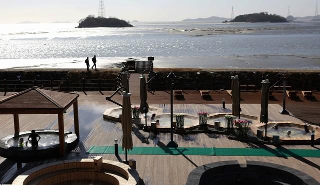 석모도 미네랄온천 노천탕에선 바다경치를 보며 노천욕을 즐길 수 있다.