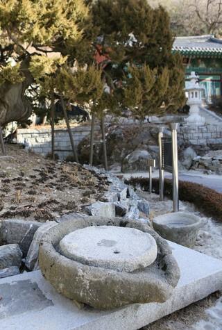 보문사 향나무 앞에 놓인 대형 맷돌.