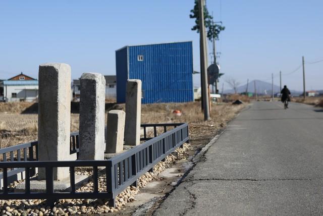 석모도 하리 도로변에 있는 조선시대 선정비·불망비.