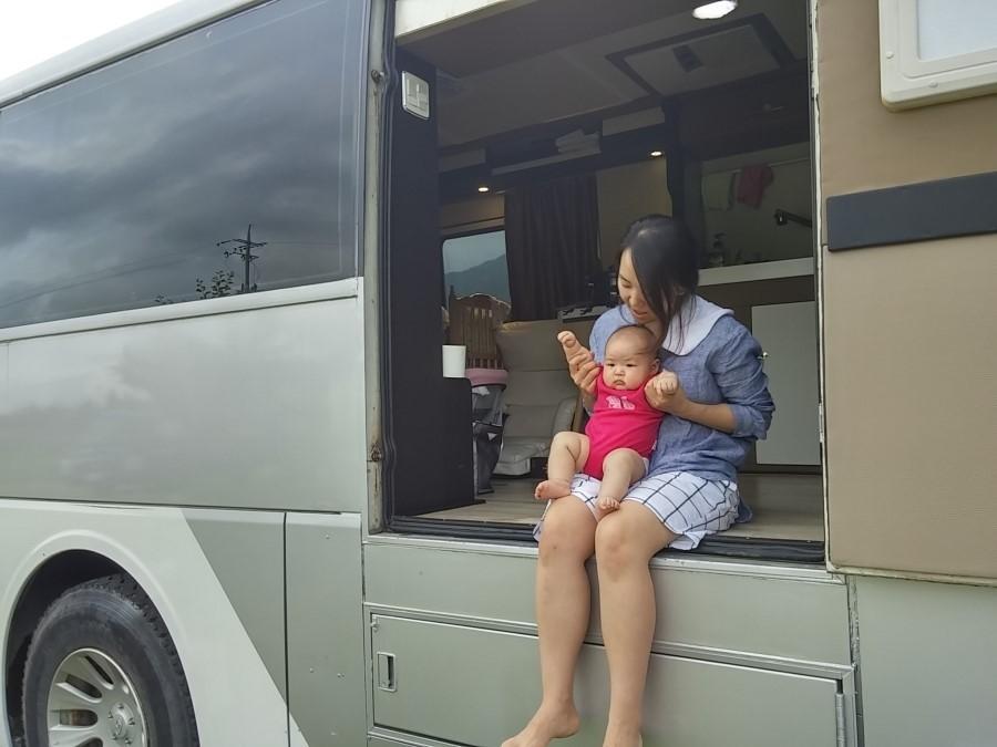 집 없이 버스를 개조해 사는 최현호씨의 아내 서정현씨와 딸 희정.