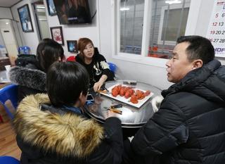 로브스터 전문 낚시터인 '안성실내바다낚시터'를 찾은 이들은 낚시로 잡은 바닷가재를 현장에서 익혀 먹기도 한다. 박미향 기자