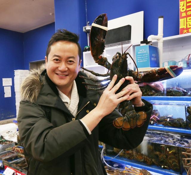 김세경 요리사가 질 좋은 랍스터를 서울 노량진수산시장에서 골라 들고 웃고 있다. 박미향 기자