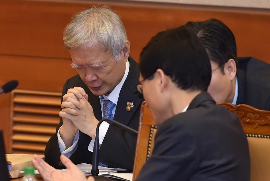 박근혜 대통령 탄핵심판 2차 변론기일이었던 1월5일 대통령 대리인인 서석구 변호사가 헌법재판소 대심판정에서 재판 시작 전 두 손을 모아 기도하고있다. 공동취재사진