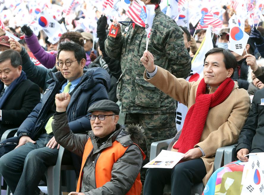 1월19일 오후 보수단체가 부산역 광장에서 연 대통령 탄핵 기각 촉구 집회에 김진태 새누리당 의원(오른쪽)과 윤창중 전 청와대 대변인(왼쪽)이 참석해 있다. 연합뉴스