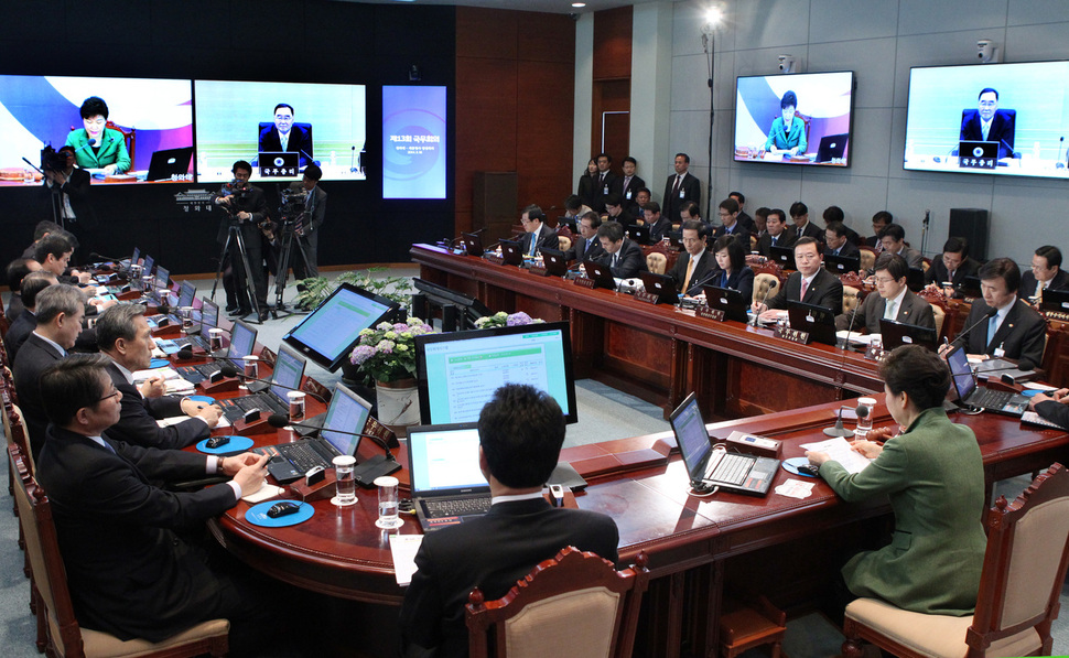 2014년 3월18일 박근혜 대통령 주재로 화상 국무회의가 열리고 있는 모습. 박근혜·최순실의 국정농단과 정경유착이 벌어지는 지난 4년간 한국의 공직사회는 철저히 침묵으로 일관했다. 청와대 사진기자단