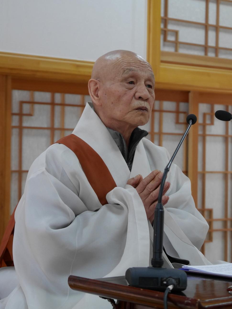 동안거 해제법회에서 법문에 앞서 절을 받는 동안 합장하고 있는 무산 오현 스님