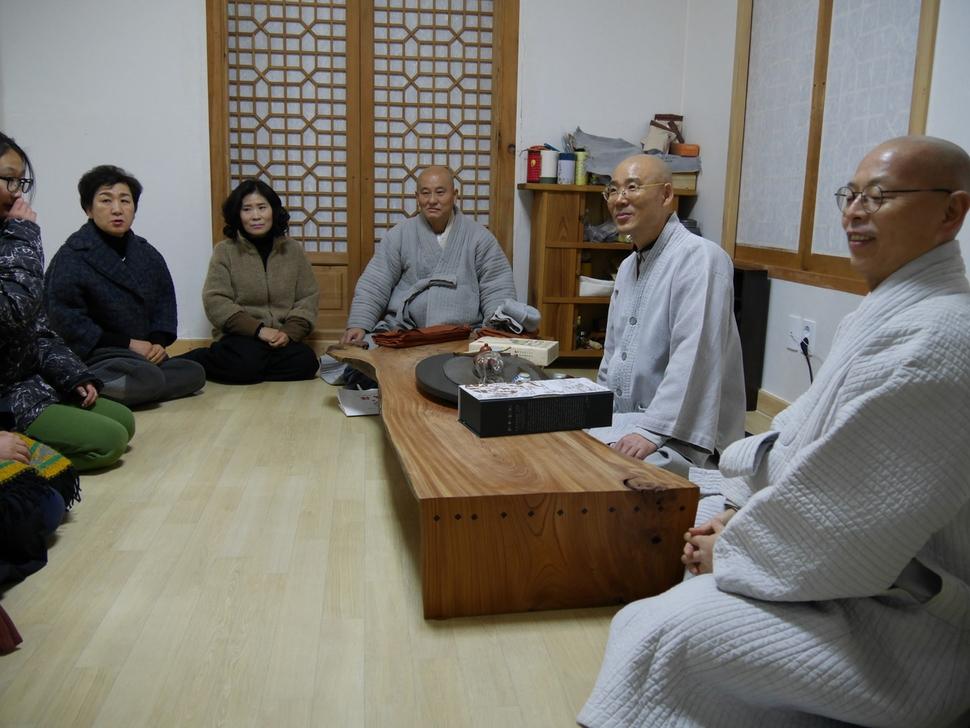 월암 스님과 영진 스님, 법인 스님(왼쪽부터)이 무문관을 나온 자신들을 마중나온 신자들과 만나고 있다.