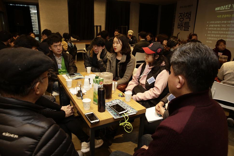 정치개혁을 주제로 한 '함께 그리는 대한민국:정책배틀'에 참가한 시민정책배심원단과 박유리 기자(오른쪽 셋째)가 '선거제도 개혁'과 '개헌'을 주제로 조별토론을 하고 있다. 김명진 기자 littleprince@hani.co.kr