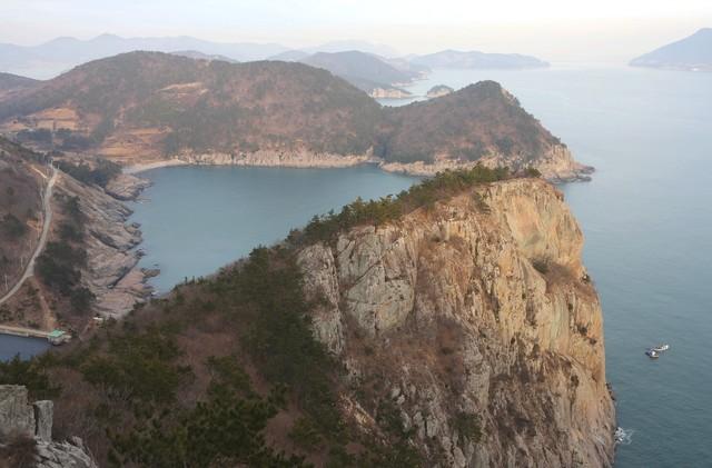 개도사람길 2코스 절벽 위에서 바라본 청석포해변과 달이목마을 쪽 해안 풍경.