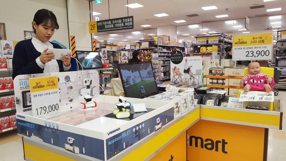 이마트 중소기업 스타상품 개발 프로젝트에 선정된 스마트 CCTV 로봇 '앱봇 라일리'와 휴대용 부스터 '캥거루 벨트'. 이 제품들을 비롯해 아이디어가 돋보이는 12가지 중소기업 제품은 일주일 동안 이마트 왕십리점과 이마트몰 등에서 테스트 판매를 거쳐 최종입점이 결정된다. 이마트 제공.