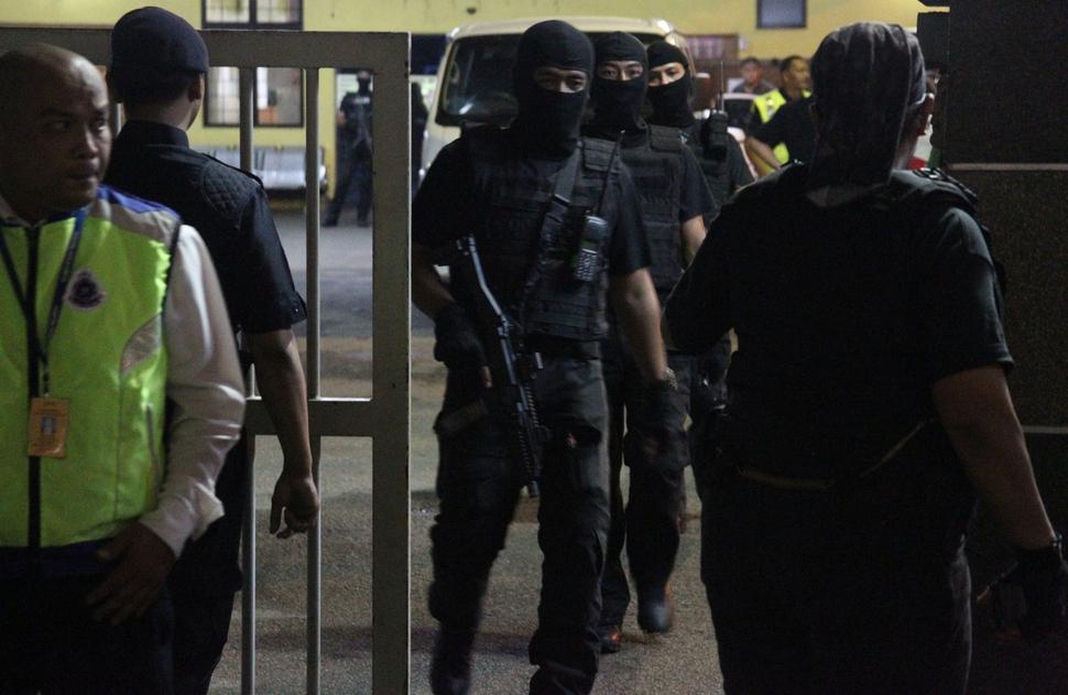 피살된 김정남의 시신이 안치된 말레이시아 쿠알라룸푸르 종합병원 영안실에 밤새 경찰특공대원들이 배치되는 등 경비가 강화되면서 김한솔의 방문이 임박한 것 아닌가 하는 관측이 나오고 있다. 쿠알라룸푸르/AP 연합뉴스