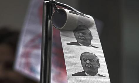 닦고 버려라? 시위에 나타난 '트럼프 화장지'