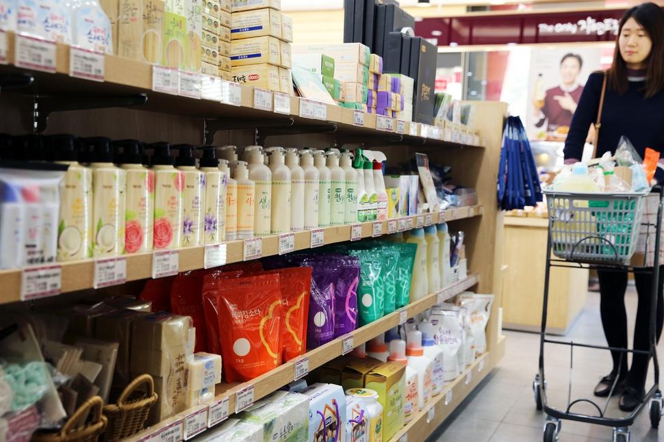 경기도 군포시 산본동에 있는 자연드림 매장에서 생협 조합원이 생활제품을 고르고 있다. 아이쿱생협 제공
