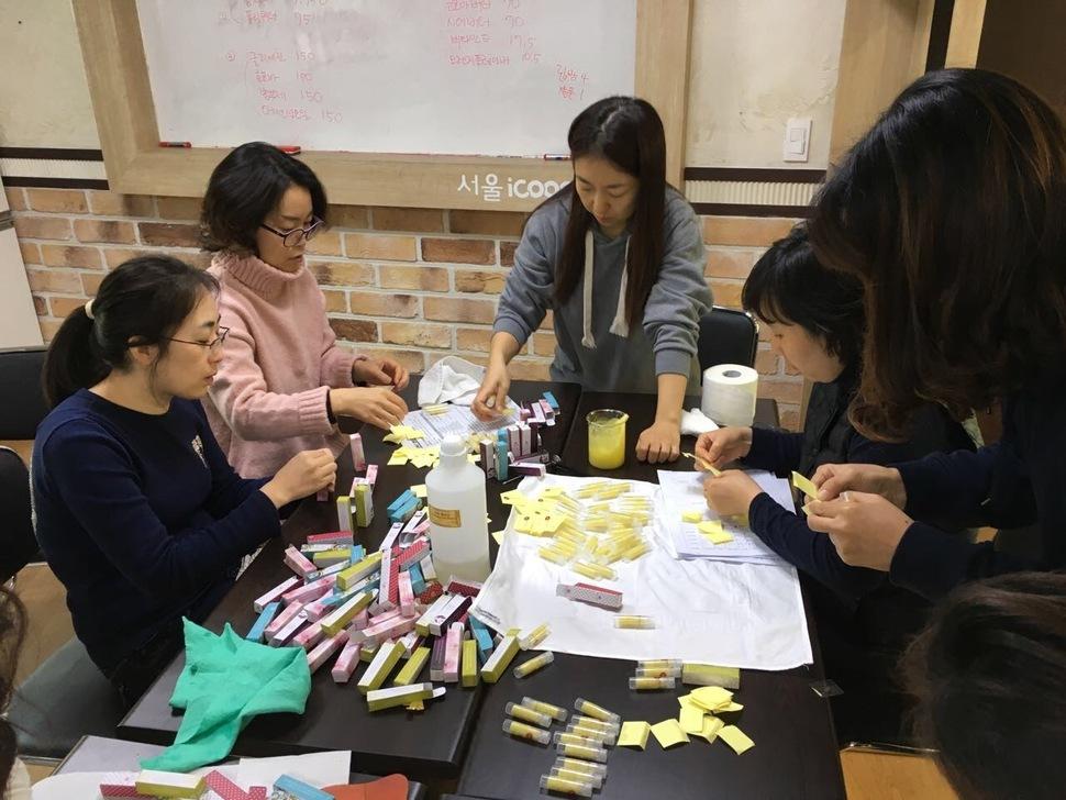 지난해 11월23일 서울 성북구 길음동에 위치한 서울북부 아이쿱생협 사무실에서 '천연덕' 회원들이 천연립밤을 직접 만들어 포장을 하고 있다. 아이쿱생협 제공
