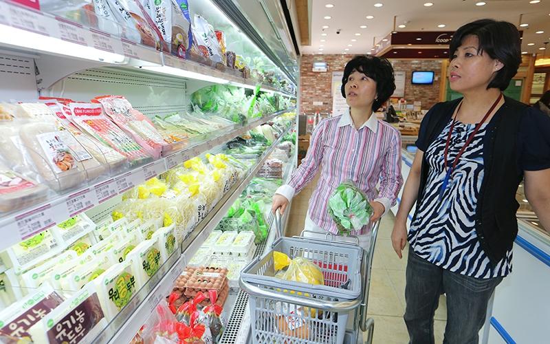 생협 매장에서 물건을 고르는 생협 회원. 김정효 기자 hyopd@hani.co.kr