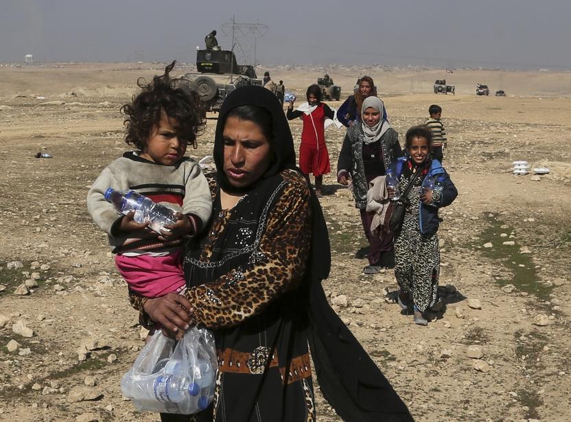 23일 이라크 정부군이 모술 국제공항 탈환 작전으로 이슬람국가(IS) 무장세력과 격전을 벌이면서 모술 서부 지역 주민들이 집을 버리고 피난을 떠나고 있다. 모술/AFP 연합뉴스