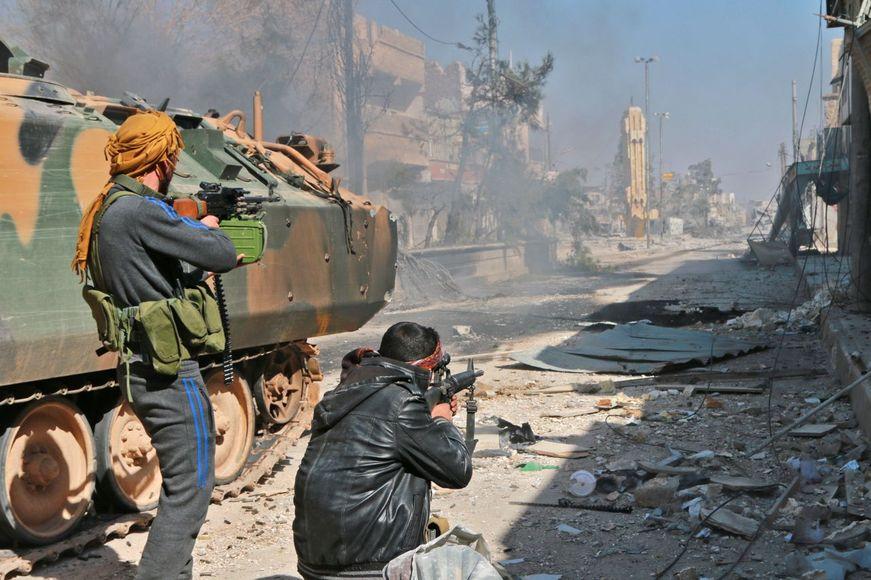 터키의 지원을 받는 시리아 반군 전사들이 23일 시리아 내 이슬람국가 세력의 거점 도시 알바브에 진격해 시가전을 벌이고 있다.  알바브/AFP 연합뉴스