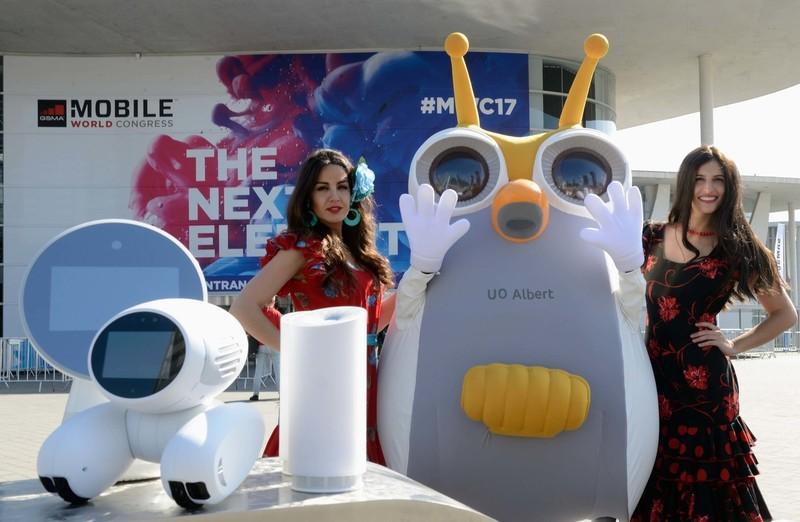 26일 모바일월드콩그레스(MWC)가 열리는 스페인 바르셀로나 피라그란비아 전시장 앞에서 에스케이텔레콤 모델들이 차세대 인공지능(AI) 로봇 등을 선보이고 있다. 에스케이텔레콤 제공