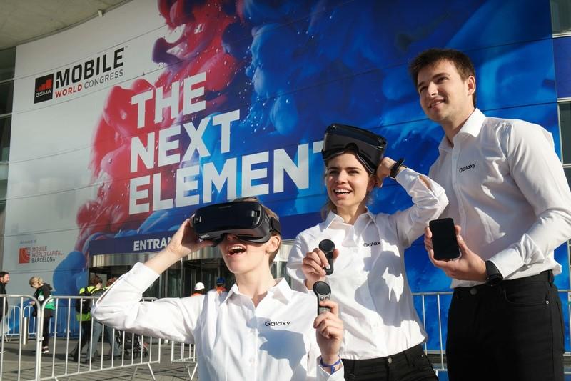 26일 삼성전자 모델들이 스페인 바르셀로나의 모바일월드콩그레스(MWC) 전시장 앞에서 기어브이아르(VR) 신제품, 2017년형 갤럭시A 스마트폰, 스마트워치 기어S3를 보여주고 있다. 삼성전자 제공