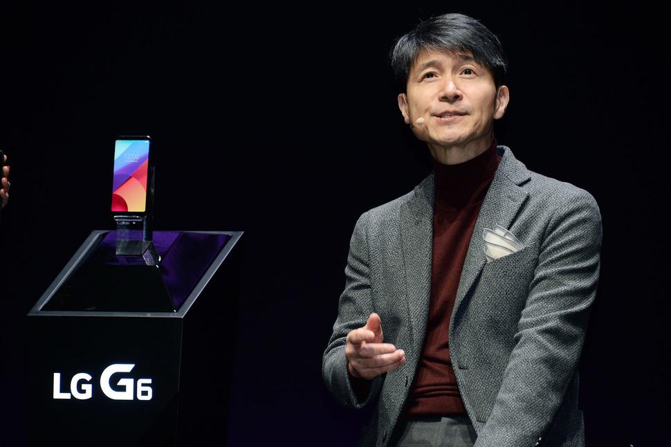 조준호 엘지(LG)전자 사장(MC사업본부장)이 모바일월드콩그레스(MWC)가 열리는 스페인 바르셀로나에서 스마트폰 신제품 G6를 공개하고 있다. 엘지전자 제공
