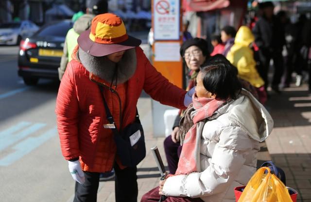 '승하차 도우미'는 버스에 타고 내리는 어르신들을 부축하거나 짐을 들어 드리고, 버스 도착 시각도 알려준다.