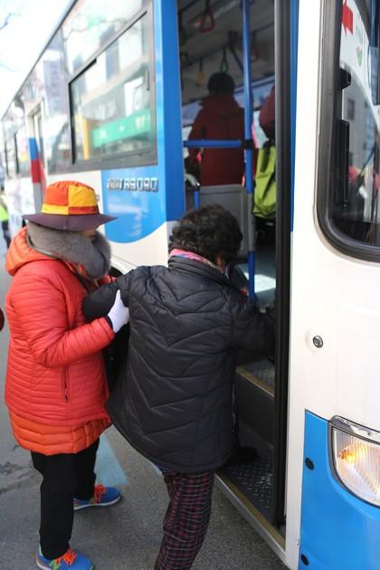영동시장 버스정류소의 '승하차 도우미'.