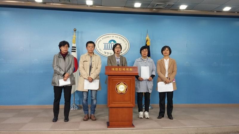 2015년 10월 국회에서 장하나 의원(새정치민주연합) 등이 사업주의 허락 없이 출산·육아휴직이 가능하게 하는 법 개정안을 발표하고 있다. 서울시 제공