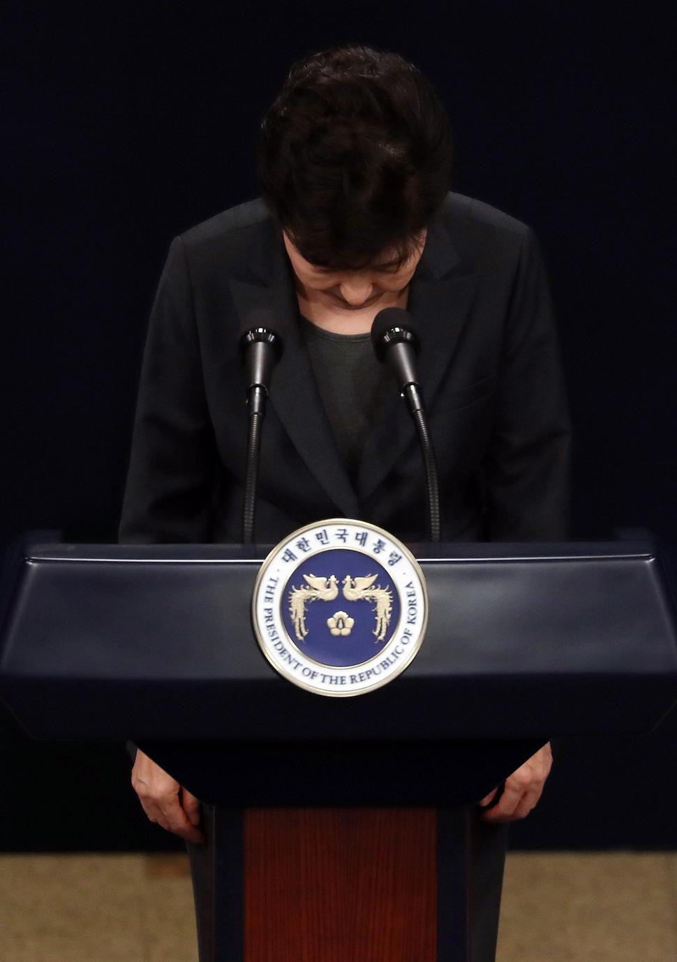 지난해 11월4일 박근혜 대통령(당시)이 청와대 브리핑룸에서 대국민 담화문을 발표하며 고개를 숙여 인사하는 모습. 청와대사진기자단