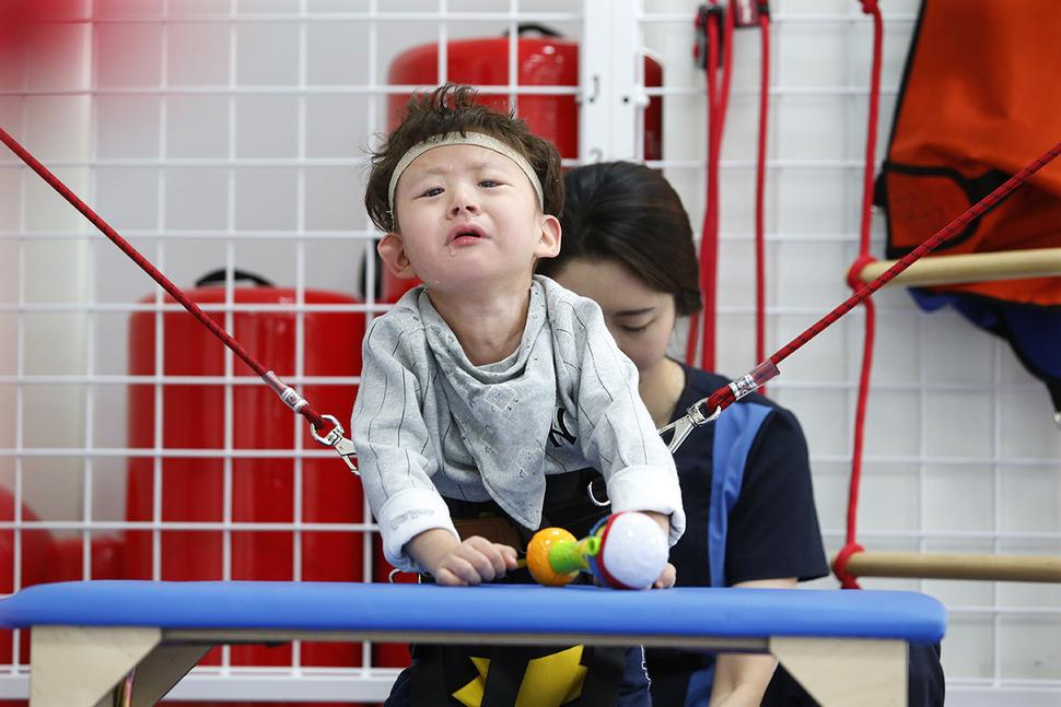 송시후(7)군이 지난달 13일 서울 마포구 푸르메재단 넥슨어린이재활병원에서 뉴턴박스 치료를 받으며 힘겨워하고 있다.