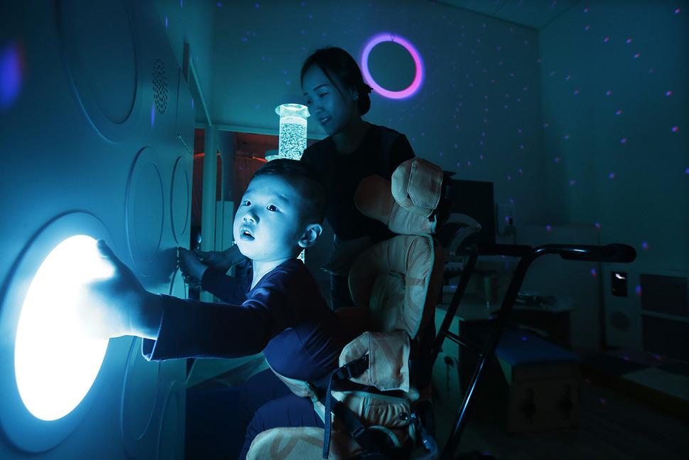 생후 4개월 때 뇌수막염으로 뇌병변 장애를 얻은 장준혁(1년10개월)군이 9일 오후 서울 마포구 상암동 넥슨어린이재활병원에서 전기 작업 치료를 받고 있다.