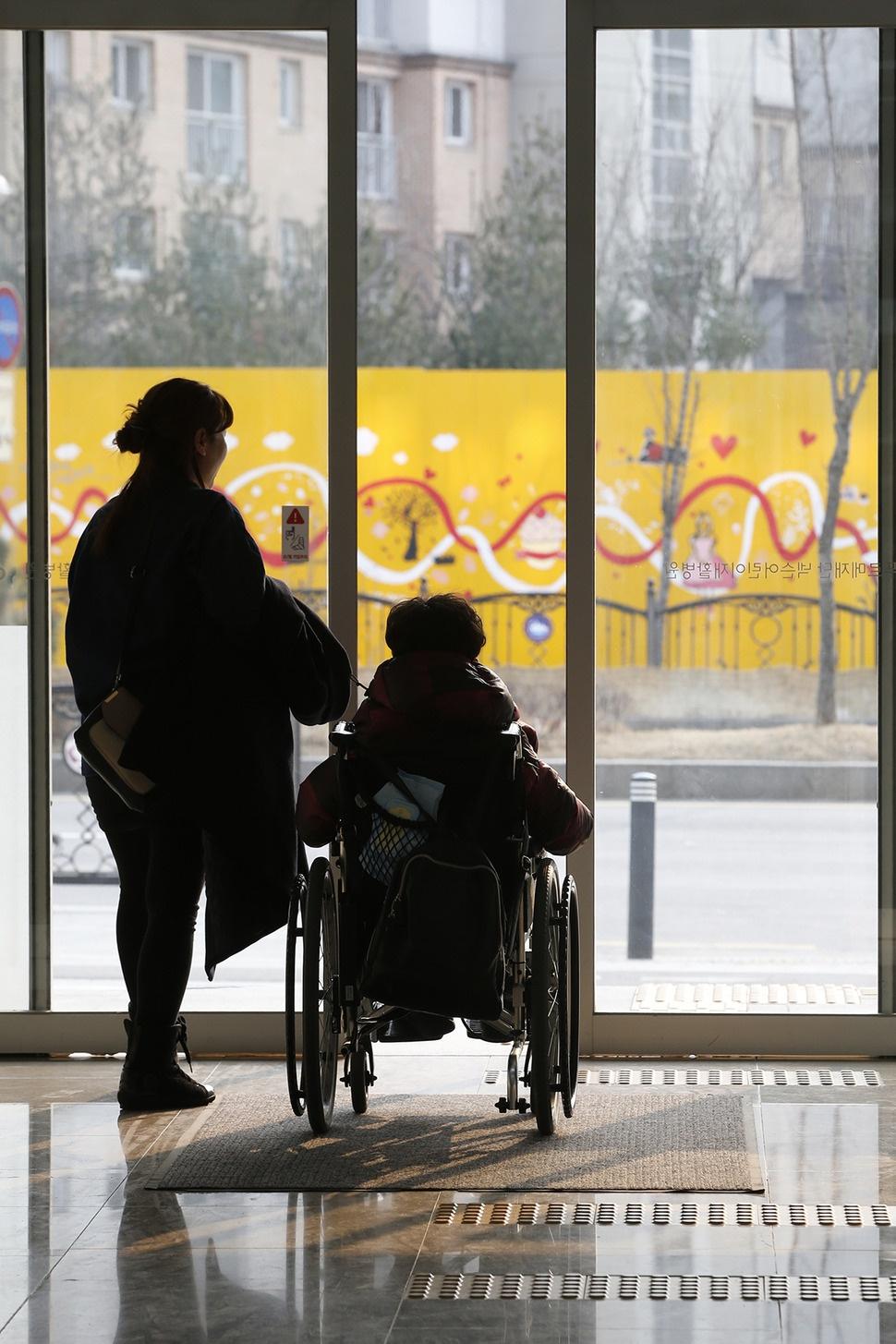 이제 청소년이 되어 이곳 어린이재활병원에 다시 올 수 없는 장태환(13)군이 지난달 28일 마지막 퇴원을 하고 있다.