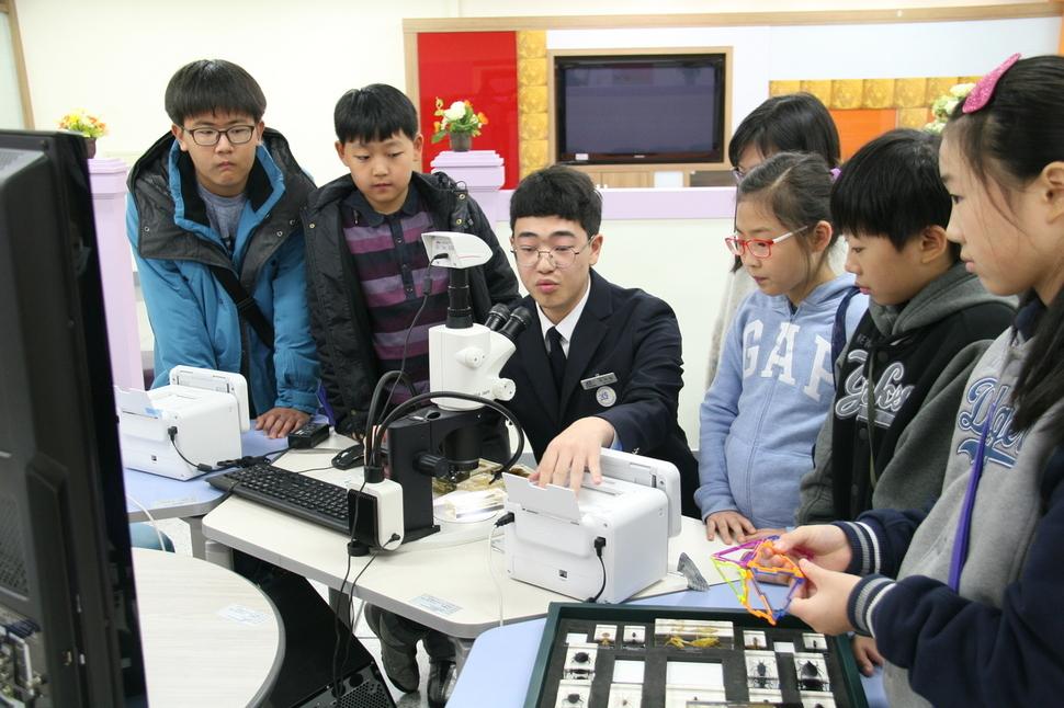 한국과학영재학교 학생이 과학에 관심있는 어린 학생들에게 열린 과학 체험의 기회를 제공하는 과학체험교실을 운영하고 있다. 한국과학영재학교 제공