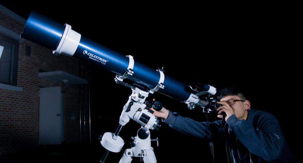 세종과학예술영재학교 학생들이 천체과측 기초 수업에서 망원경을 활용해 달 사진을 촬영하고 있다. 세종과학예술영재학교 제공