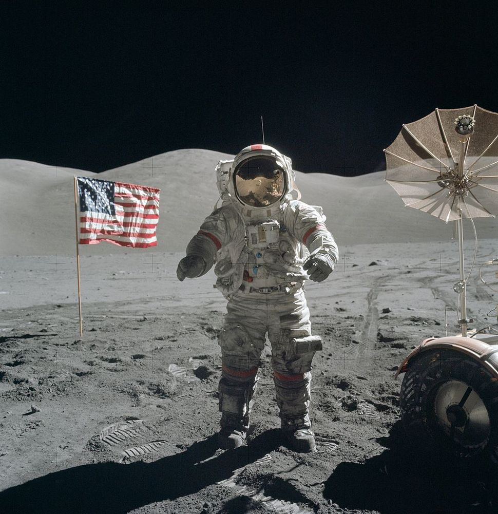 마지막 달 착륙자인 유진 서난 아폴로17호 선장이 1972년 12월 달 표면을 거닐고 있다. 위키미디어 코먼스