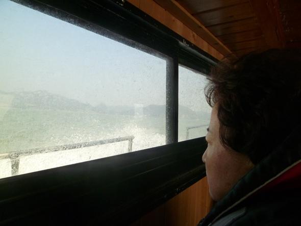 2015년 2월 양승진 선생님 아내 유백형씨가 2015년 2월14일 세월호 침몰 지점을 방문하고 돌아오는 선실 안에서 창밖을 바라보며 생각에 잠겨 있다. 안관옥 기자 okahn@hani.co.kr