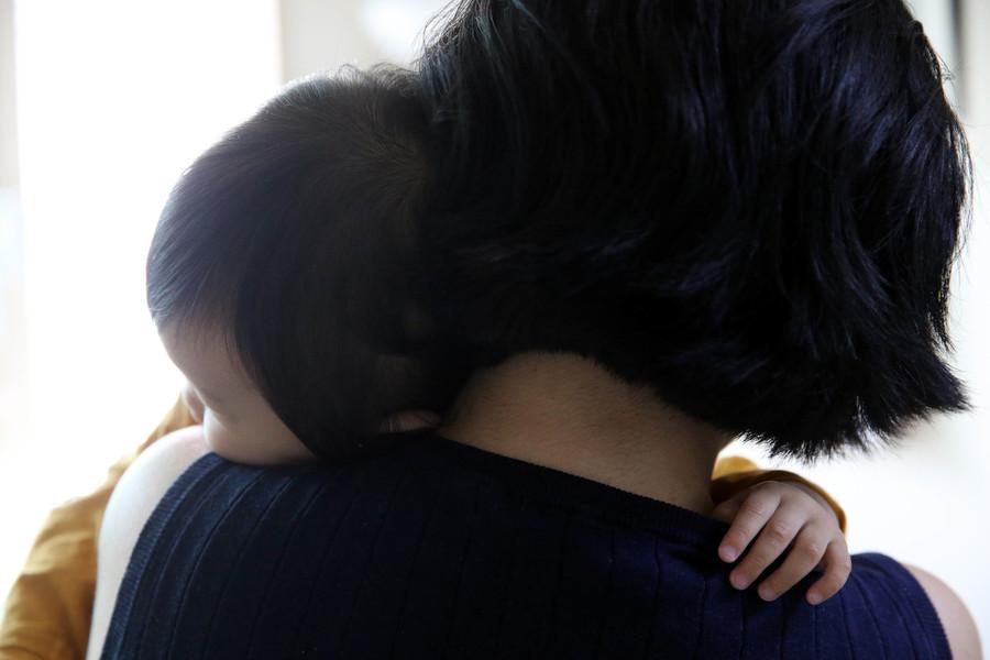 한 20대 여성이 자신의 집에서 돌이 갓 지난 아기를 돌보고 있는 모습. 한겨레 자료사진.