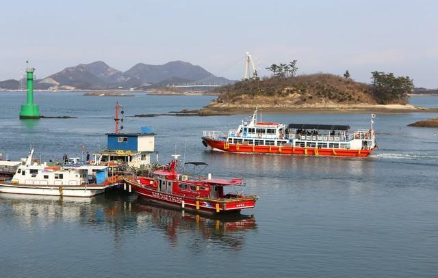 야미도에서 출항한 고군산군도 유람선이 선유2구 해안을 지나고 있다.