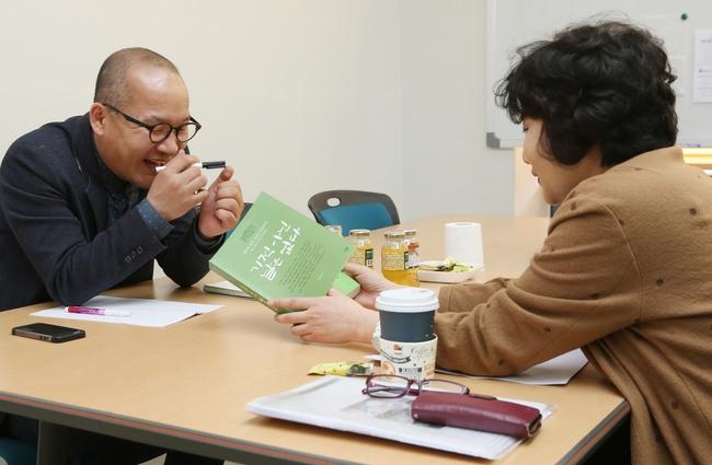 강위원 이사(왼쪽)가 재단 사무실에서 이진순씨와 인터뷰를 하고 있다.  광주/강재훈 선임기자 khan@hani.co.kr