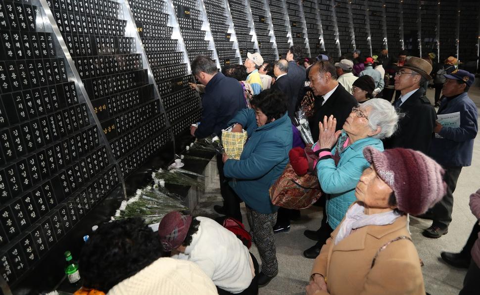 제69주년 제주4·3희생자추념식이 3일 오전 제주시 봉개동 제주4·3평화공원에서 열린 가운데 유족들이 공원 안 위패봉안소에 모신 희생자들의 위패를 둘러보고 있다.