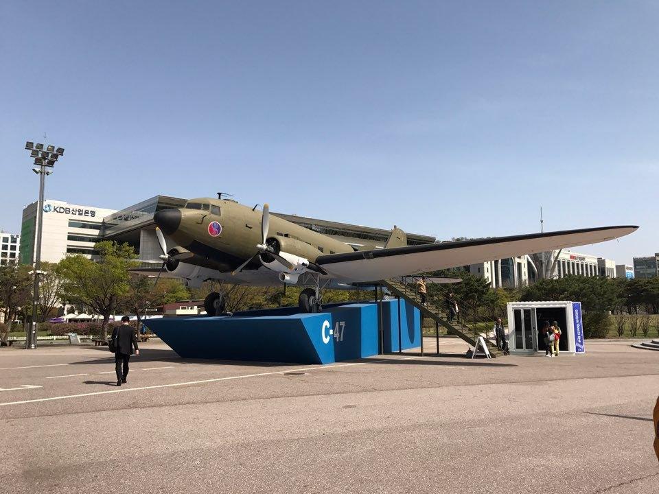 1945년 11월 임정 지도자들이 타고온 시-47 수송기. 당시 서울 여의도 경성비행장에 내렸다. 서울시가 같은 기종을 임정 전시관으로 만들었다. 사진 서울시 제공.
