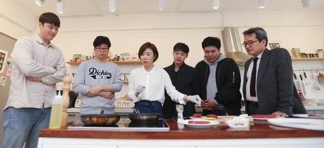 '위너셰프 프로젝트'에 참여하는 청년들이 요리연구가 오현화씨가 굽고 있는 앞다리살스테이크를 보고 있다. 사진 왼쪽부터 박현우·국건호·요리연구가 오현화·김천유·김동년·'위너셰프 프로젝트' 총괄인 유지상씨.  박미향 기자