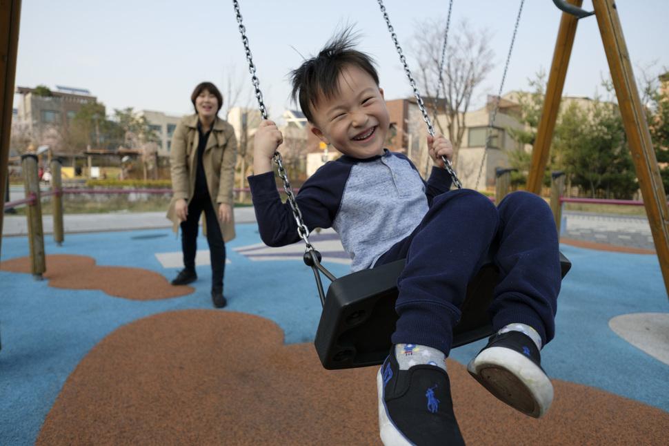 임 기자가 집 근처 놀이터에서 아이와 놀고 있다. 성남/김성광 기자