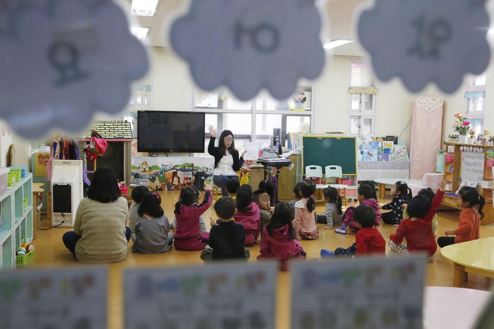 지난해 서울 용산구의 한 유치원에서 교사가 아이들과 함께 수업하고 있다. 이정아 기자 leej@hani.co.kr