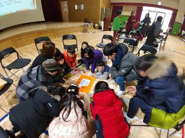온빛초 학생들이 헌법에 명시된 기본권에 대한 설명을 듣고 있다. 우리헌법읽기국민운동본부 제공