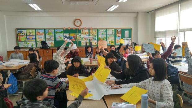 지난해 10월26일 서울 대도초에서 진행한 '헌법아 놀자!' 시간에 아이들이 '내가 좋아하는 헌법 조항'을 선택한 뒤 활동 수업을 하고 있다. 우리헌법읽기국민운동본부 제공