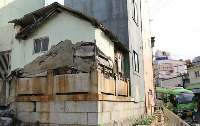 일본식 납골묘 위에 고스란히 올라앉은 집.