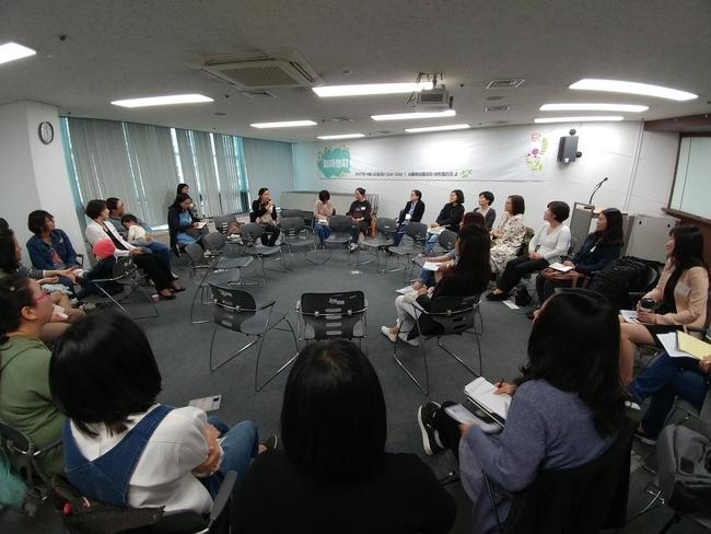 22일 오전 11시 서울 대방동 서울여성플라자에서 열린 '엄마 정치' 집담회에서 참석자들이 돌아가며 발언하고 있다.