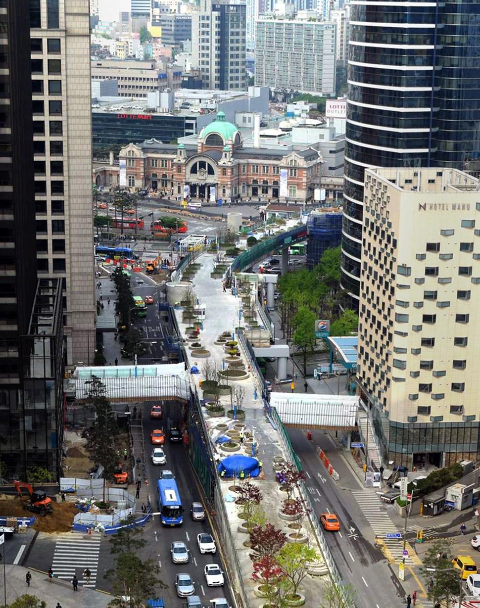 퇴계로 쪽에서 바라본 서울로 7017. 대우빌딩과 호텔 마누 등 주변 고층건물과 연결공사가 한창이다. 서울시 제공