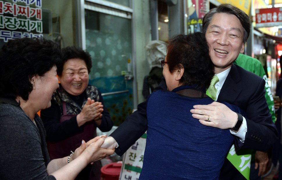 국민의당 안철수 대선후보가 27일 오후 경북 경주시 성동시장을 찾아 상인들과 인사를 나누고 있다. 공동취재사진